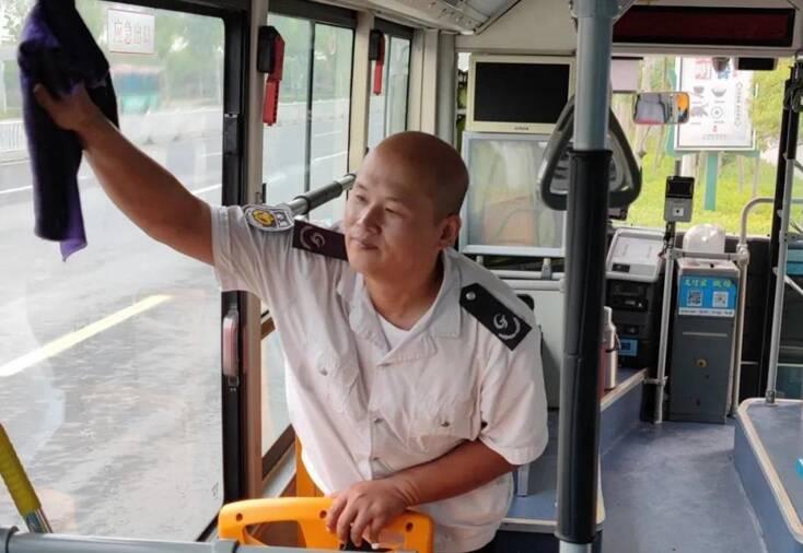 暖心!76岁老人在公交站台等候两小时,只为了做这件事......