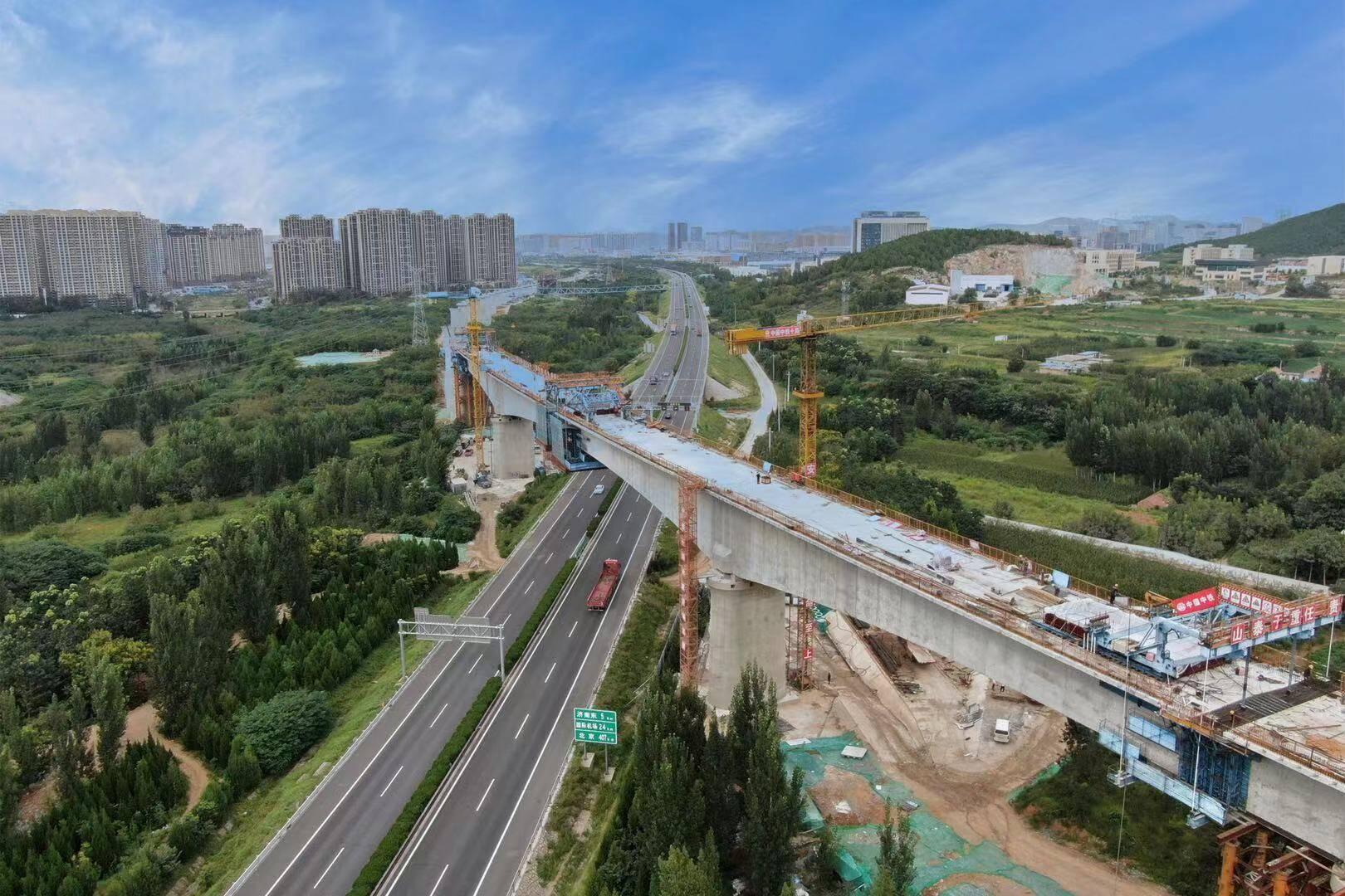 济莱高铁港沟跨京沪特大桥上跨京沪高速连续梁边跨顺利合龙