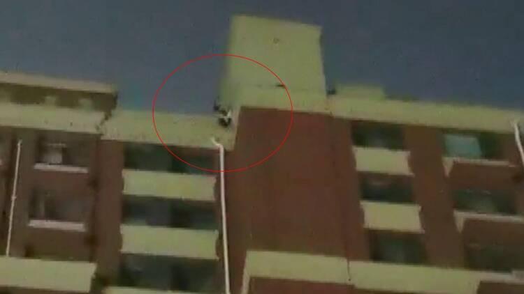 17岁少年爬上楼顶欲轻生!聊城警民合力劝导3小时救人一命