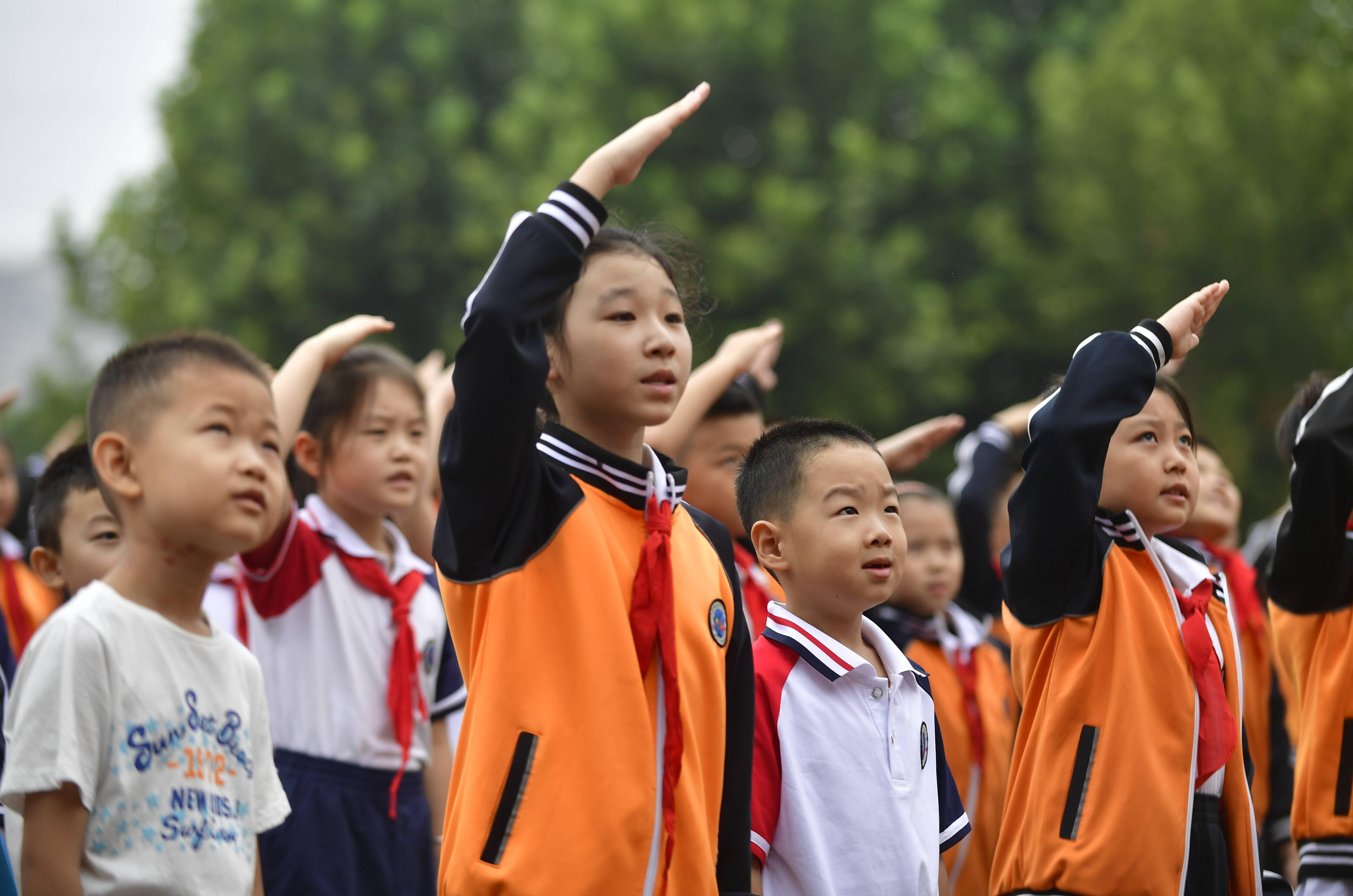 组图 | 直击小学生开学现场:武术表演和新学期更配
