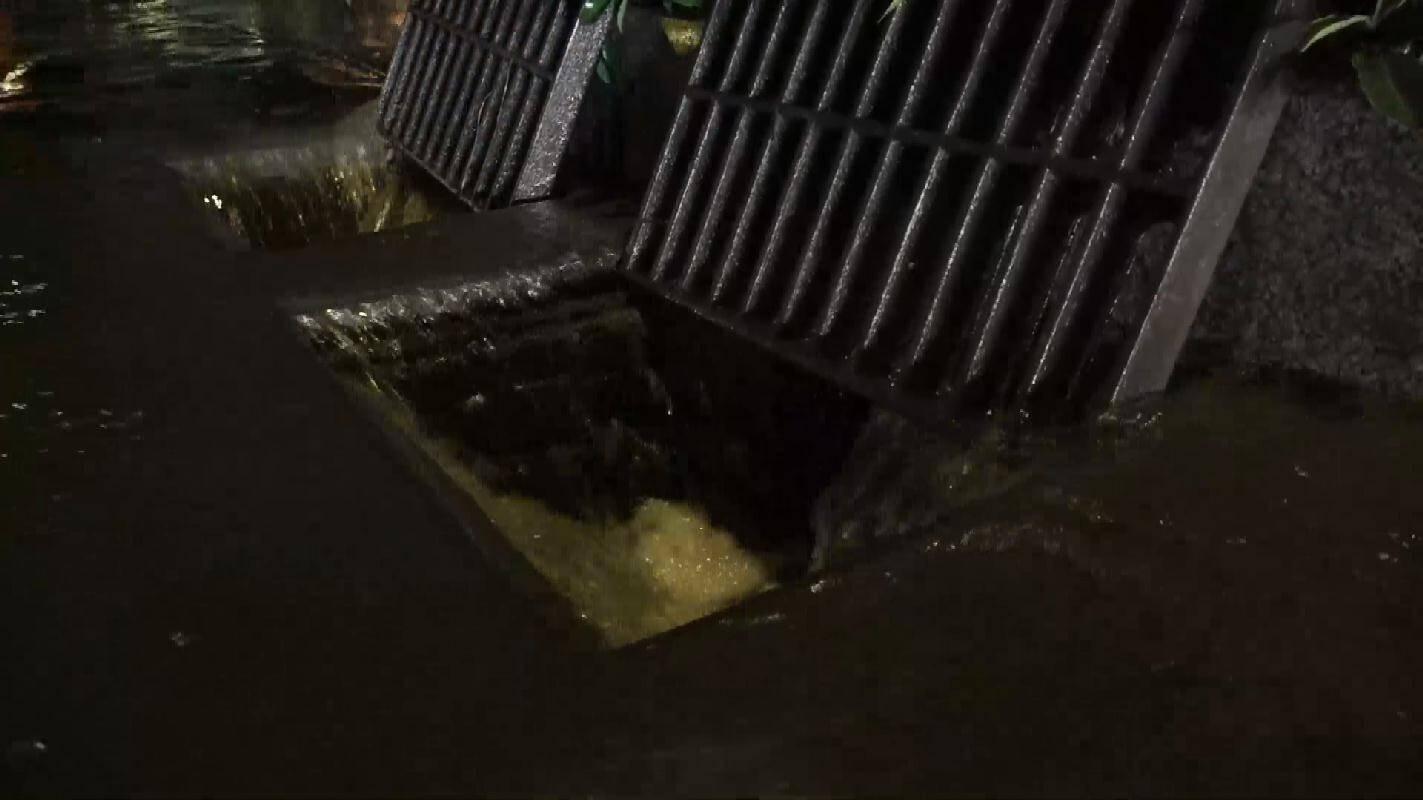 枣庄薛城降下大暴雨 抢险人员深夜排涝