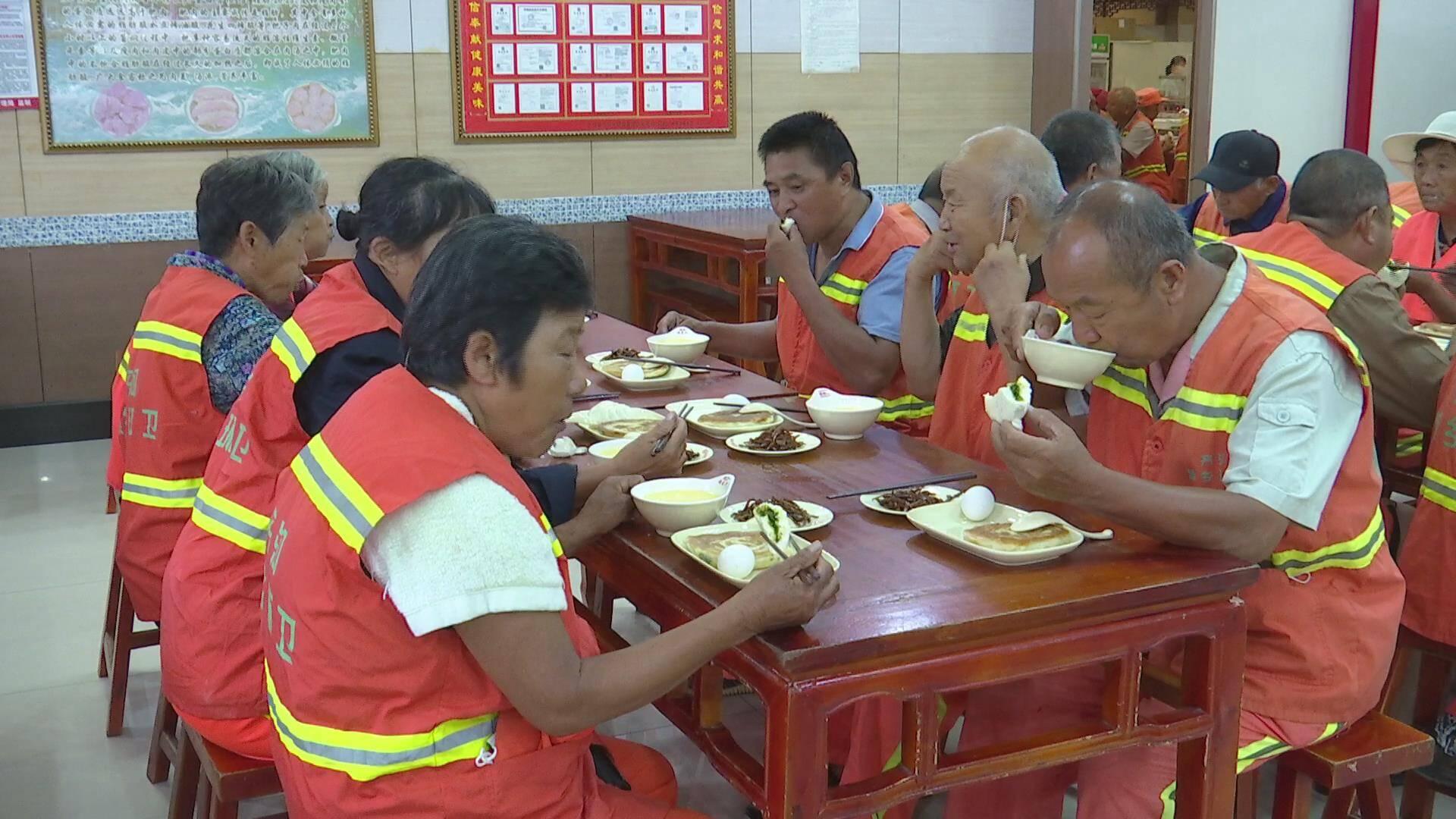 德州齐河选取8个爱心早餐供应试点,为500余名环卫工人提供免费早餐