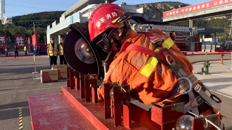 37斤重的钳子夹乒乓球、灯泡上切割铁丝……消防员的考试科目有点意思
