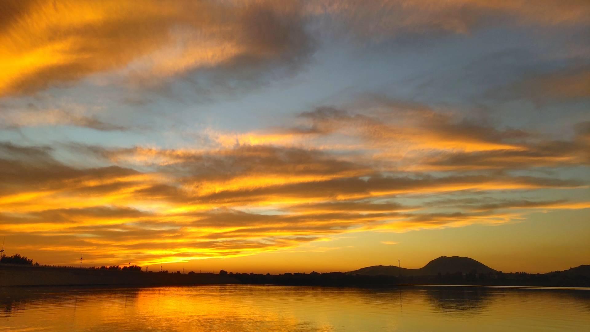 枣庄岩马湖畔绚丽晚霞灿烂夺目 夕阳美景尽收眼底
