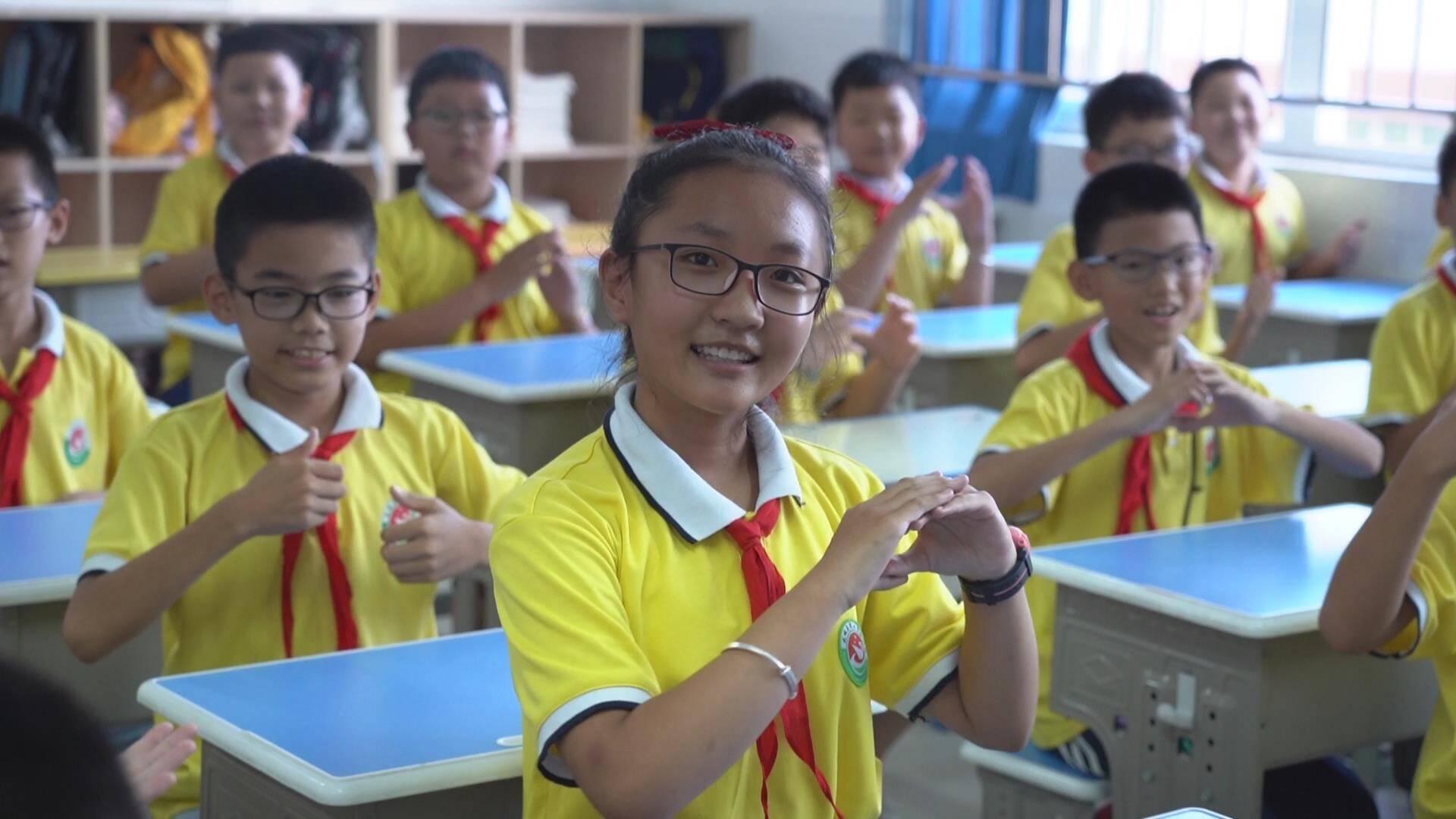 德州小学生表演手势舞《你笑起来真好看》 别样欢乐谢师恩