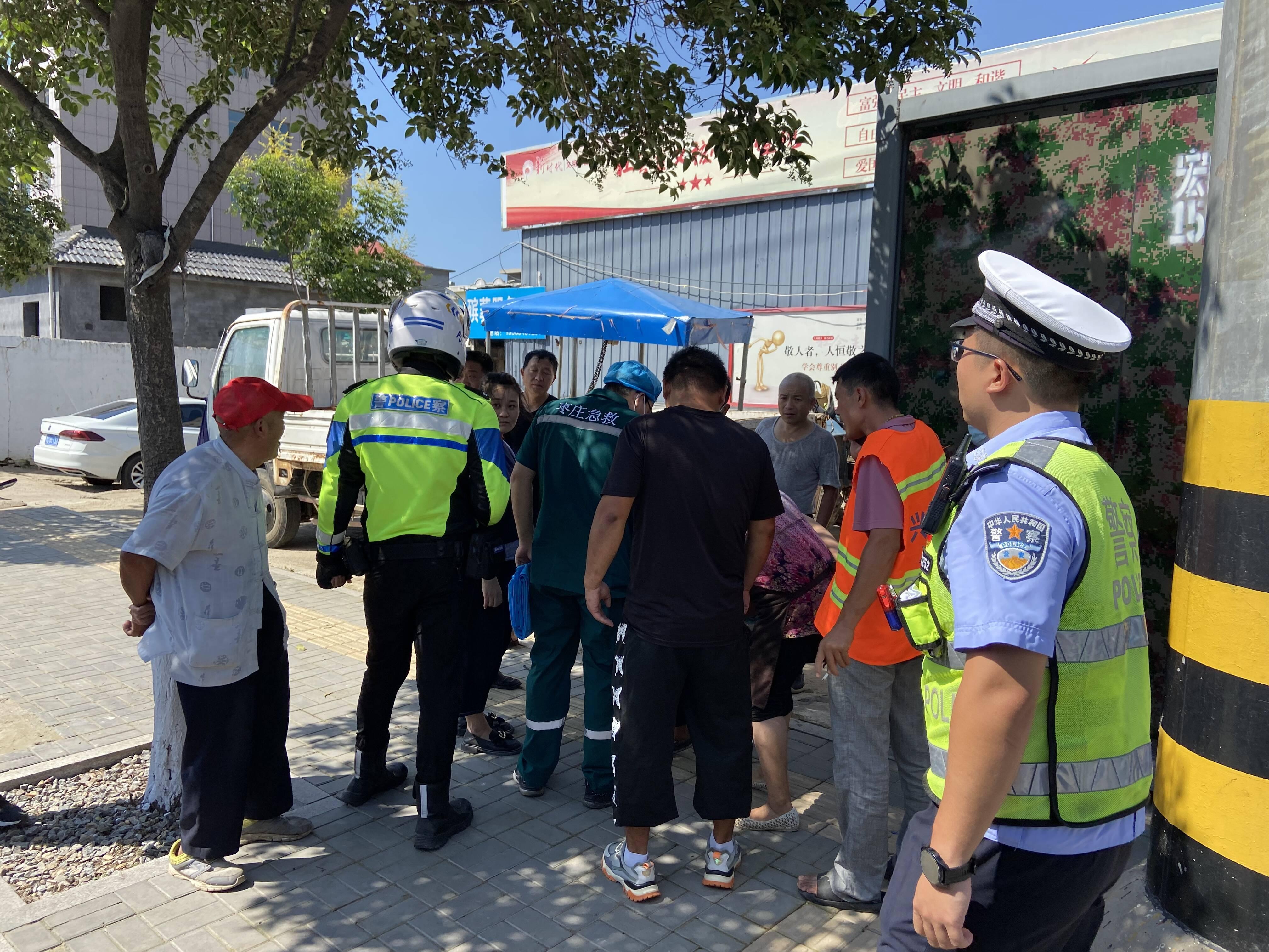 枣庄高新区民警执勤巡逻途中救助事故受伤群众