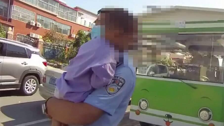东营三岁娃随家长参加婚礼半路走散 民警前来帮助