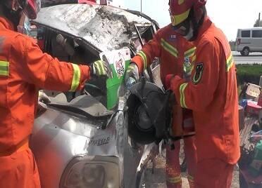 惊险!小货车刹车失灵侧翻司机被困 威海消防紧急救援