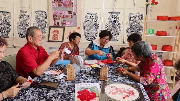 威海:非遗展演进暖心食堂 丰富老人精神文化生活
