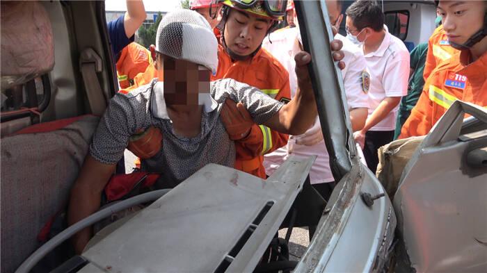 两车相撞致一人被困!东营消防紧急救援
