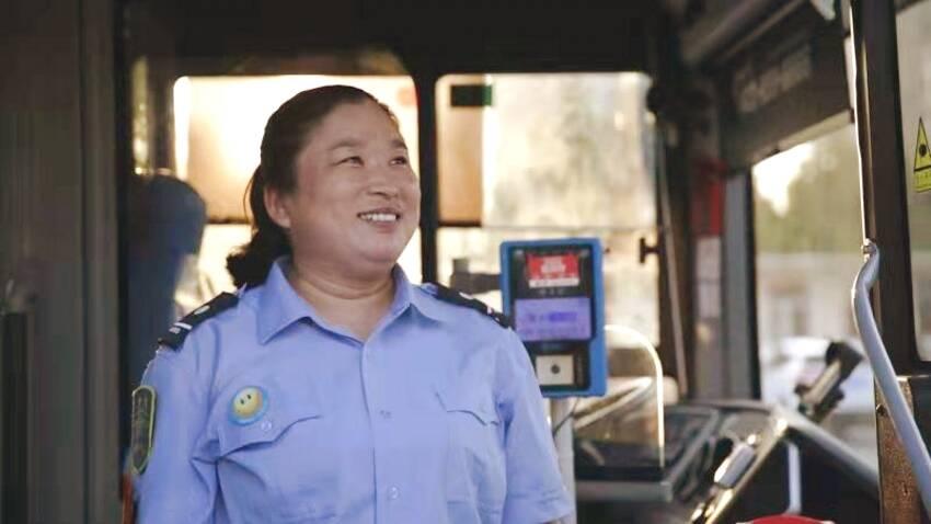 为拾金不昧的冯顺吉点赞!她成了潍坊2000余名公交驾乘人员学习的榜样