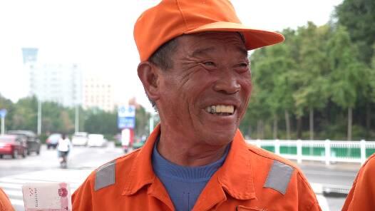 """现金人人有份!潍坊中心城区7941名环卫工人收到了""""中秋红包"""""""