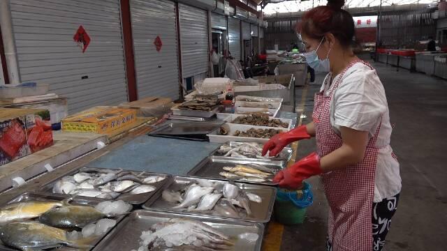 螃蟹单价上涨、猪肉价格平稳 潍坊农贸市场节前生意忙
