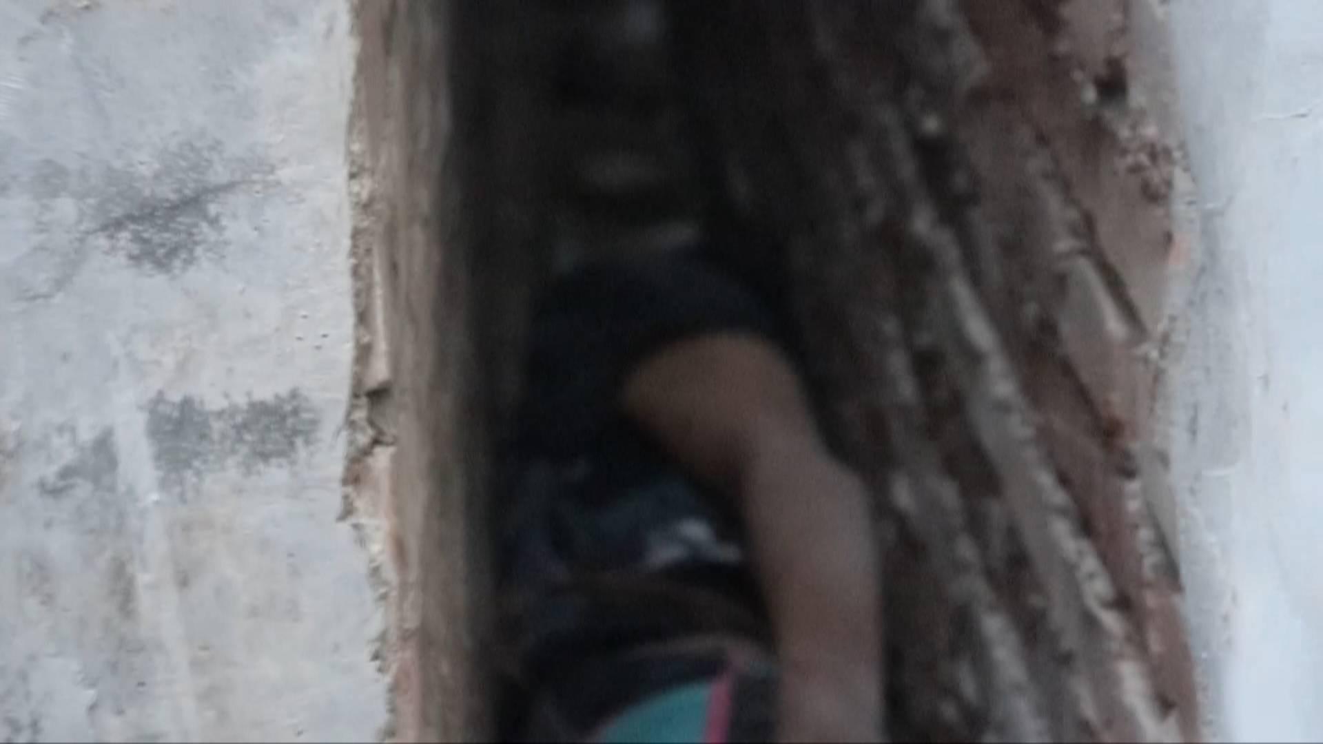 这是喝了多少?醉酒男子倒进20厘米墙缝4小时  消防员徒手托住身体成功救出