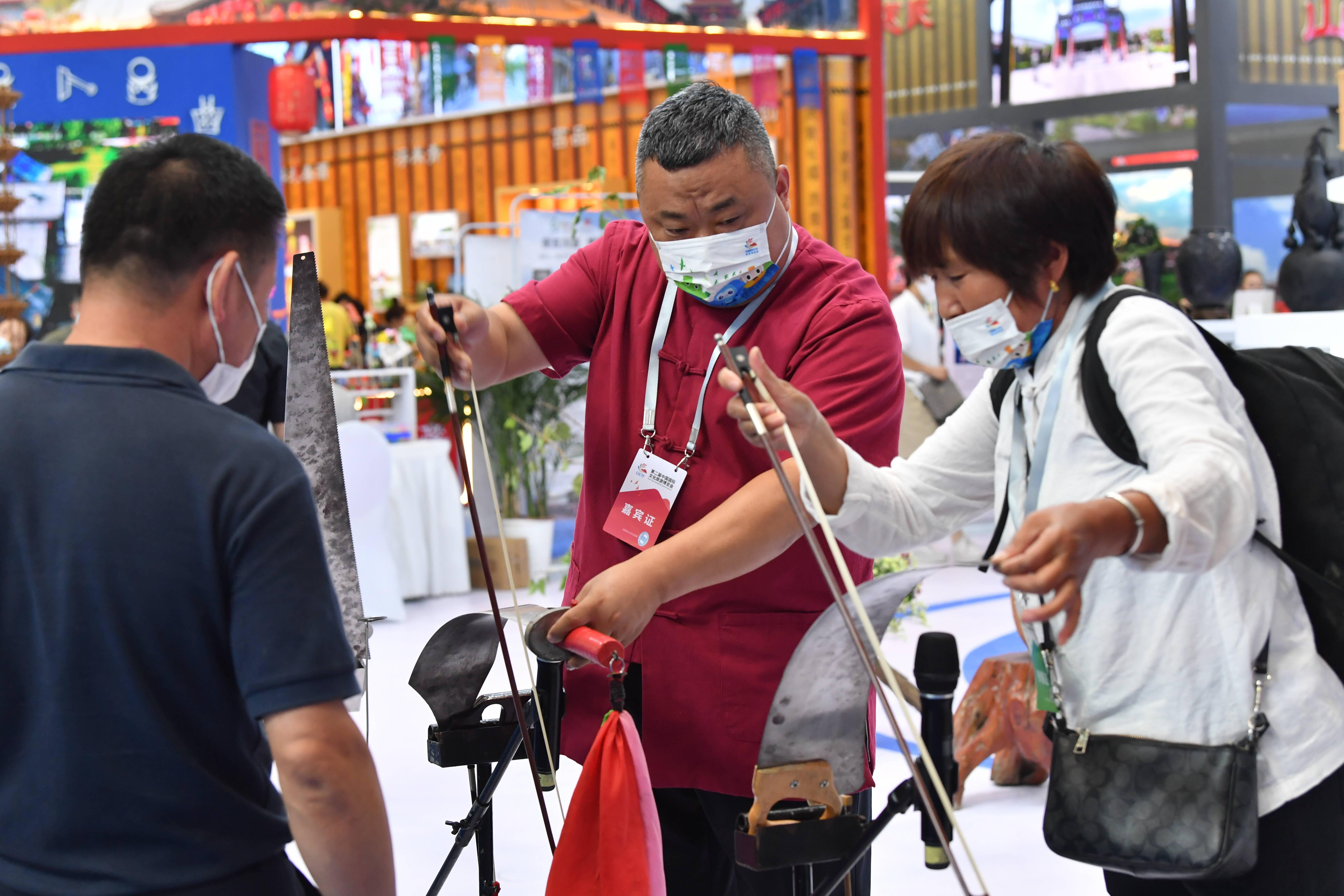 VLOG|大刀钢锯也能演奏歌曲 记者逛文旅博览会寻非遗传承人
