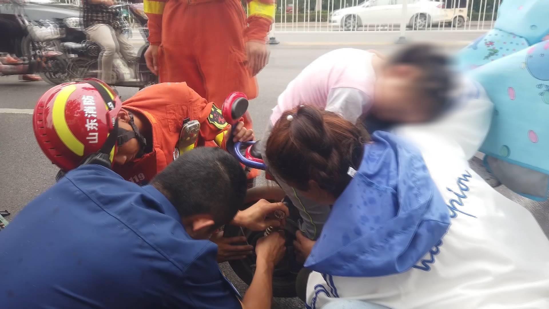 女童脚卡电动车后轮 面对液压钳不哭不闹趴在车头静待救助