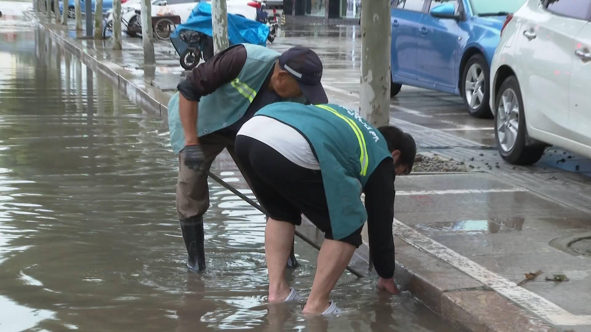 菏泽成武降下暴雨 市政部门迅速排除积水保障通行