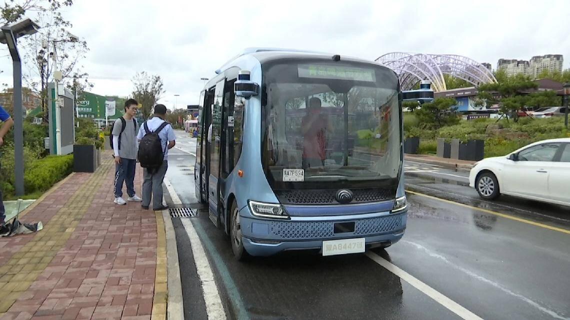 """""""窗户超大,可以看海!""""青岛西海岸新区市民""""尝鲜""""无人驾驶公交车"""