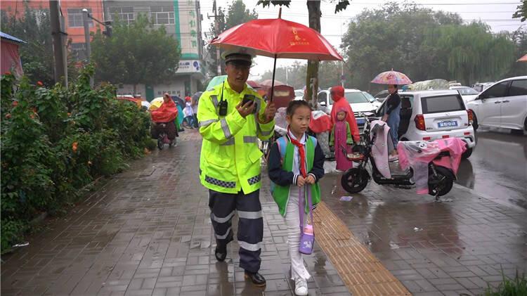 """""""妈,你来了吗?""""雨中堵车 武城交警帮放学小女孩找到妈妈"""