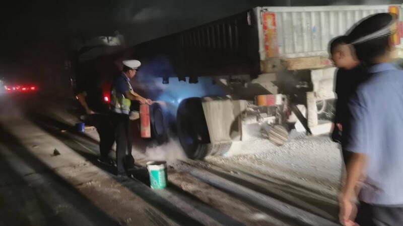 外地大货车途经潍坊昌邑发生自燃 巡逻交警秒变消防员
