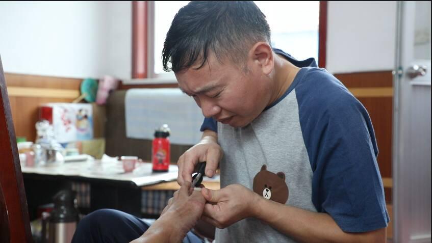 潍坊昌邑修脚师傅陈红昌免费为农村老党员修脚