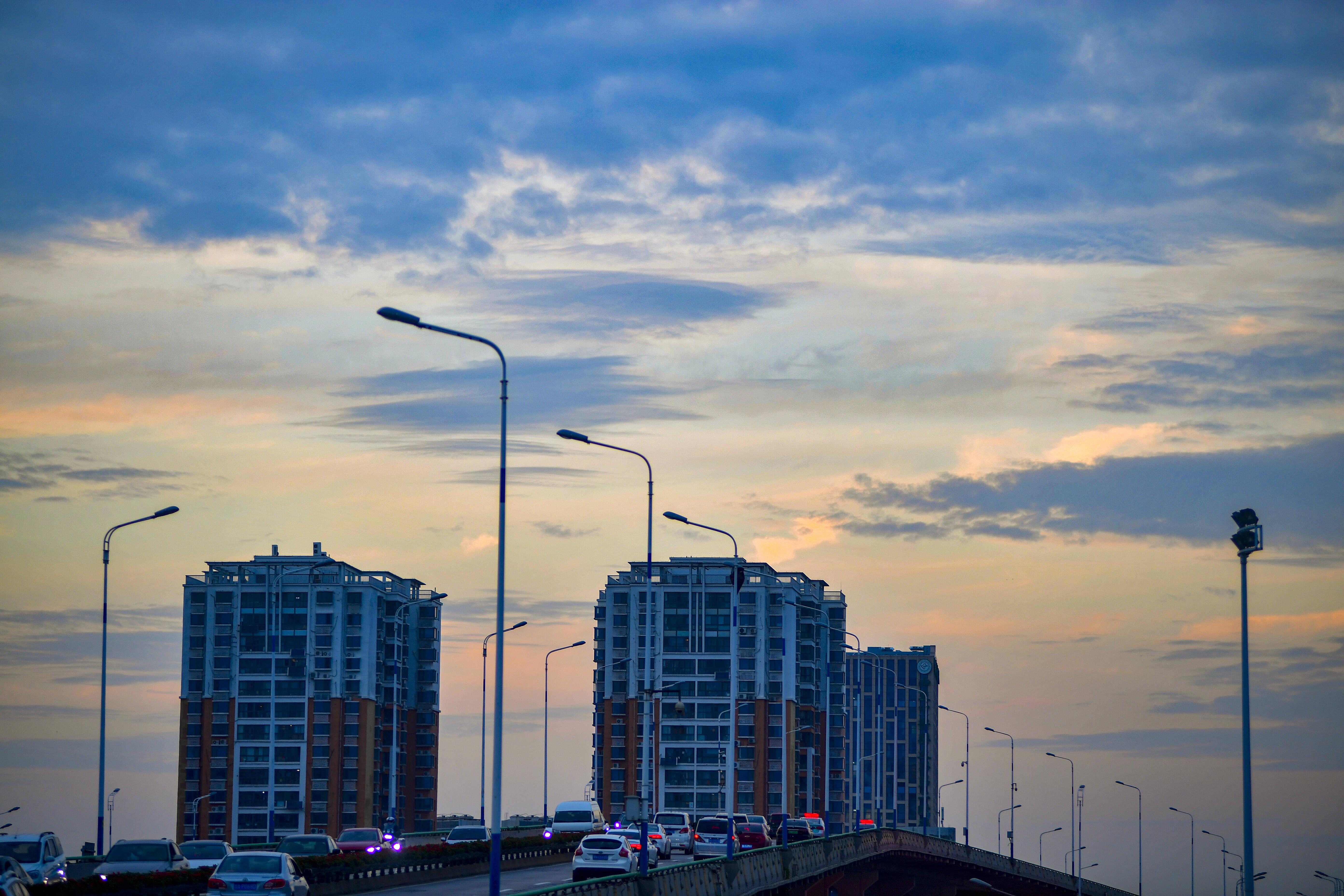 连绵秋雨后 天际边挤出的一丝蓝天和晚霞  济南城市被装扮成油彩画