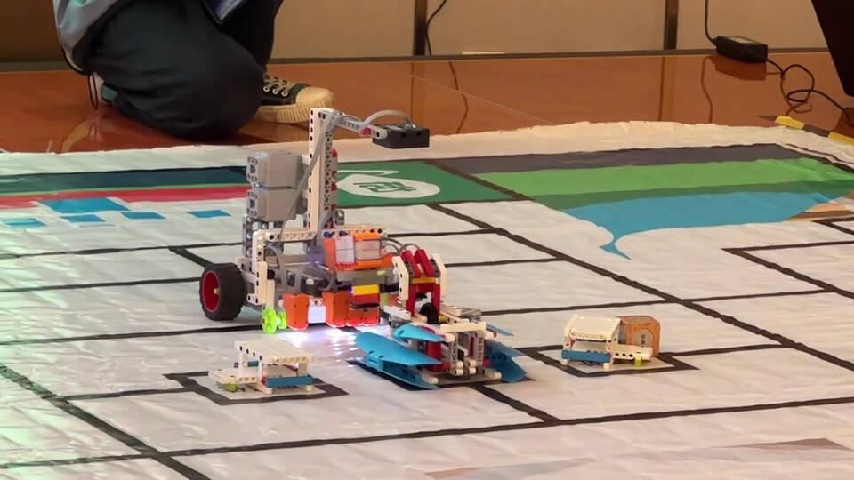"""与机器人""""共舞"""" 德州300余名小学生参加创客大赛比拼才智"""