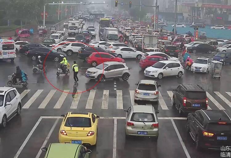 很暖心!当救护车被早高峰堵住去路,聊城一交警休班期间立即换装上岗
