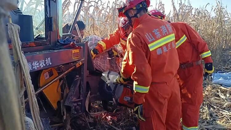 玉米地里驾驶员操作不慎被卡入收割机 聊城消防紧急救援