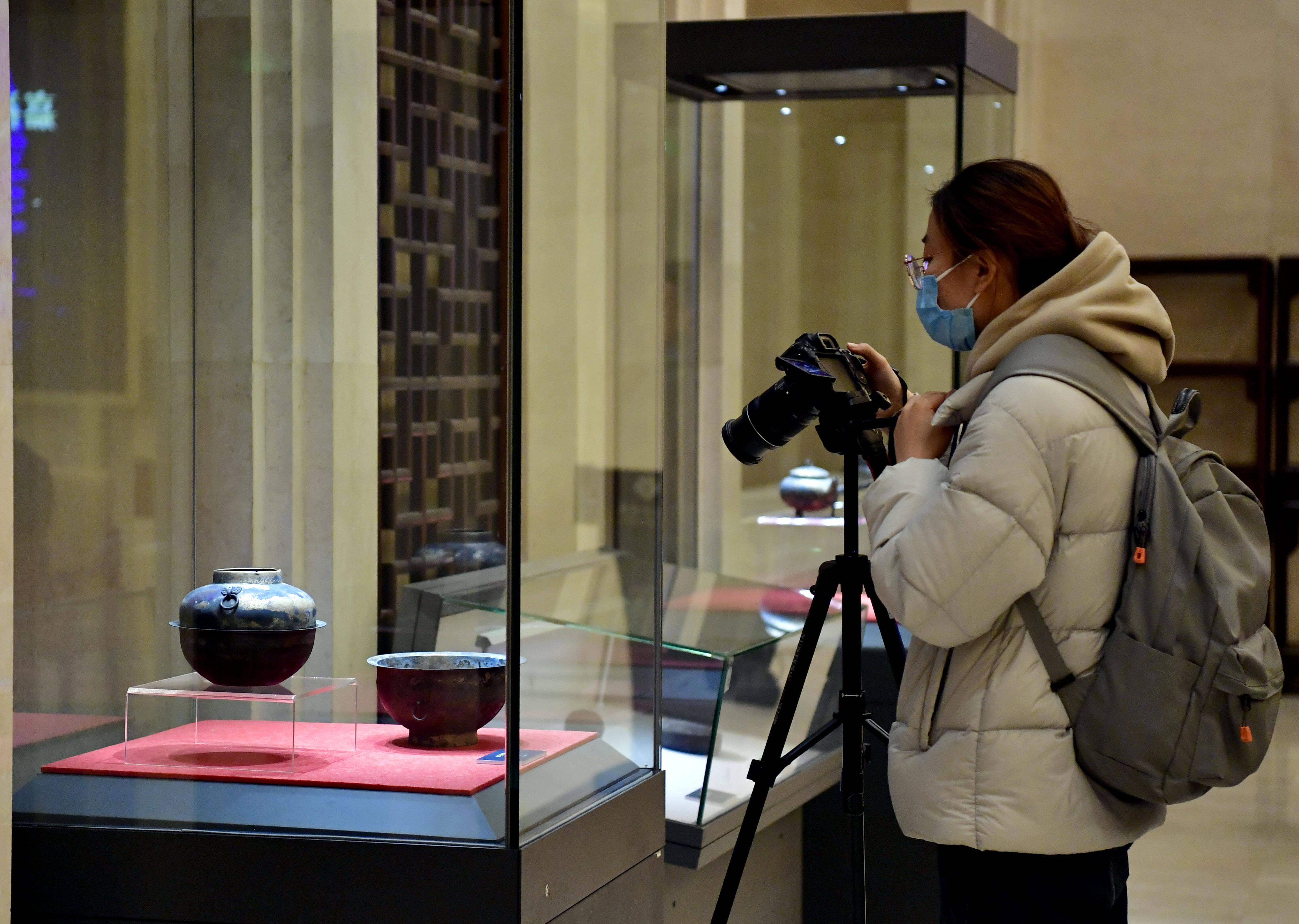 龙首错银木柲铜杖、错银虎形铜镇等49件涉案文物移交山东博物馆