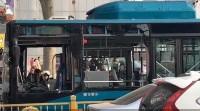 济南山大路井盖腾空弹起 一公交车玻璃被震碎 无人员伤亡