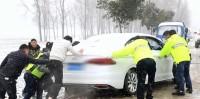 36秒 | 暖心!轿车雪中陷入麦田 菏泽救援队用拖拉机拽出