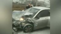 19秒丨路遇私家车相撞起火 邹平公交驾驶员及乘客联手相助