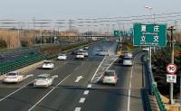 36秒| SUV高速口跨三车道变道,后方面包车一头撞上