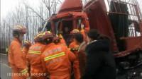 51秒|雪天一定注意安全!临沂消防救援一起货车相撞事故