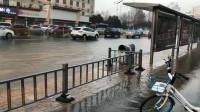 突发!济南经十路一医院门口水管爆裂 道路出现积水