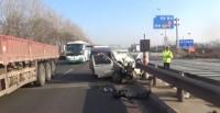 41秒丨日照街头一面包车撞到护栏车内3人被困 消防紧急救援