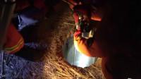 35秒丨男子凌晨落入深井 消防井下输氧、救生绳拉拽……30分钟紧急解危