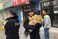三岁娃娃与大人走散 滨州惠民民警帮忙找家长