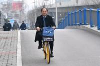 决胜2020·聚焦山东两会|倡导绿色出行!政协委员骑共享单车报到