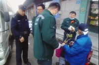 90岁老人摔伤 民警从超市借来纱布包扎止血