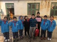 关爱同龄人,冬日送温暖——胶州以实践促进小学生公益教育