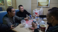 【网络中国节·春节】啤酒、花生、鸡腿 轮船上喝啤酒侃大山 辽宁工友从烟台转轮渡回家过年