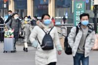 组图|新冠肺炎疫情下的济南火车站 返程旅客戴口罩沉默前行