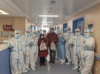 送烧鸡和苹果祝福!青岛市第五批援助湖北医疗二队两名病人治愈出院