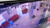48秒 | 感人!青岛七旬老人多次向医护人员鞠躬 留下1500元悄然离开……