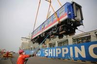 组图丨青岛港装船发货!中国出口斯里兰卡新型内燃动车组正式交付