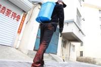 """威海毕家疃社区的""""消毒侠"""":负重30斤爬2808步台阶"""