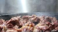 烤羊排、炖羊肉、羊杂汤……用独门秘方炖制的塔桥全羊让你胃口大开