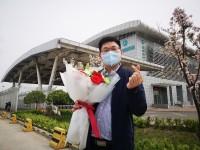 机场外隔空求婚未婚妻,山东援助武汉归来女护士:我愿意